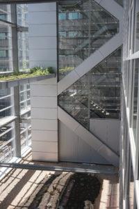 liften en trappenhuizen tussen de glazen gevels aan de zuidoostkant. Foto Jacqueline Knudsen