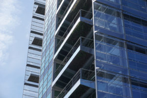EPO Rijswijk, kopgevel met beplante balkons, die weerspiegelen in onderzijde.  Foto Jacqueline Knudsen