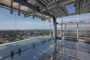 EPO-Rijswijk-Het uiteinde van het dakterras heeft een vloer van spiegelend rvs. Foto Bart van Hoek