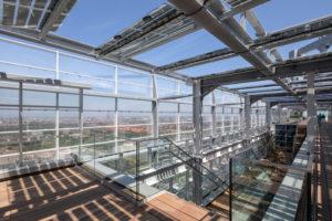 EPO-Rijswijk-Het  dakterras op de 26e en 27e verdieping. De uiteinden van de afstandshouders tussen de twee gevels lopen taps toe. Foto Bart van Hoek