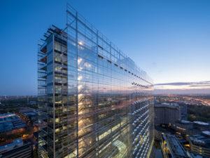 EPO Rijswijk. De dubbele glazen gevels werken vaak ook als spiegels. Foto Ossip van Duivenbode. <br />