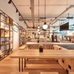Houten interieur geeft café Lebkov & Sons warmte
