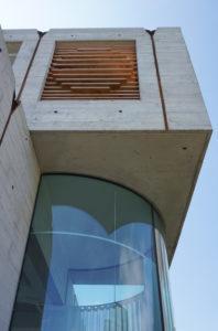 Het glas verdwijnt met een minimaal  detail in het betonnen buitenplafond. Foto Jacqueline Knudsen.