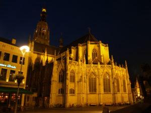 Tot twee jaar terug werd de Grote Kerk 's avonds verlicht met een aantal enorme felle gele spots, die bevestigd waren aan de gebouwen rondom de kerk. De Vries: 'Het was vooral veel. Dan wordt zo'n kerk als één ding, in z'n totaal, zichtbaar.'
