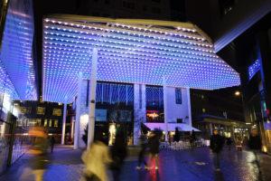 'Don't break the sound barrier', tijdens het GLOW lichtkunstfestival in Eindhoven reageert deze installatie met een interactieve led-grid op geluiden onder zich. Gedurende de rest van het jaar kun je met de luifel uiteenlopende sferen creëren, om mensen aan te trekken, te stimuleren of juist gerust te stellen • Foto Bart van Overbeeke