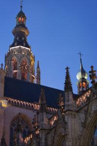 Inmiddels is de verlichting van de toren en de balustrades aangepast aan het voorstel van Het Lux Lab, typisch gotische accenten, zoals de ajourranden, worden uitgelicht