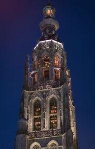Toren van de 15e-eeuwse Grote Kerk in Breda, verlicht naar ontwerp van lichtontwerpbureau Het Lux Lab van Ellen de Vries. Bepaalde accenten worden uitgelicht in diverse tinten en felheid.