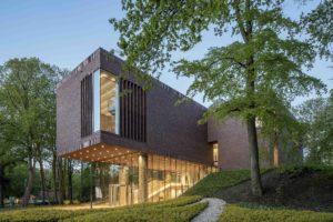Het museumgebouw is gesitueerd op een kunstmatige dijk in een zichtas van het park. Afmetingen en materialisering zijn afgestemd op de omringende bomen ● Foto Sjaak Henselmans