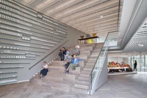 Al dalend over brede trappen passeert de bezoeker alle museumzalen. De trappen zijn ook als tribune en expositieruimte bruikbaar ● Foto Ronald Tilleman.