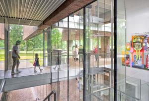 Waar de twee volumes van het Lisser Art Museum in elkaar overgaan, bevinden zich glazen loopbruggen ● Foto Ronald Tilleman.