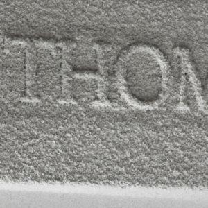 Living Textures: Climate Plaster is een muurafwerking gemaakt van katoenpulp om de akoestiek van muren en plafonds te verbeteren. Met Climate Plaster ontstaan intrigerende reliëfs die bij bepaald licht op een bijna magische manier kleur en textuur lijken te veranderen. In de door Karel L. Sijmons ontworpen sfeervolle Thomaskerk in Amsterdam (1966), behandelde Belén de monumentale wanden met Climate Plaster • Foto's Winter van den Brink.
