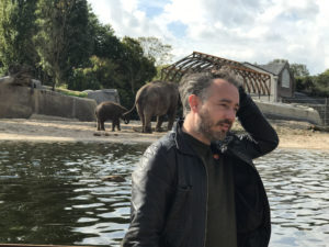 Thijs de Zeeuw studeerde in 2011 af in landschapsarchitectuur op de Academie van Bouwkunst in Amsterdam. In 2013 startte hij zijn eigen bureau.