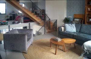 Woonkamer op de verdieping, met doorkijk naar speelkamer. Foto Hardy de Graaf.