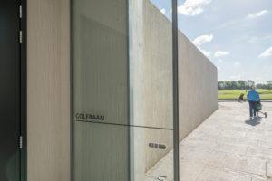Voor de betonnen constructie van het clubhuis en de driving range van de nieuwe golfbaan De Kroonprins in Vianen, is gebruik gemaakt van structuurmatten en bekisting van NOE-Betonvormgeving en NOE-Bekistingtechniek