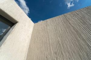 NOEplast structuurmatten geven de betonnen constructie een natuurlijke lijnenstructuur die doet denken aan Japanse rietmatten