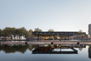Het Piushaven paviljoen is een hybride van een horecapaviljoen en een publiek uitkijk-platform aan de kop van een oude binnenhaven in Tilburg • Foto Stijn Bollaert.