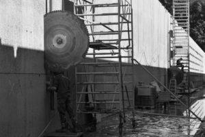 Het doorzagen van de dikke betonnen constructie • Foto Jeroen Bosch