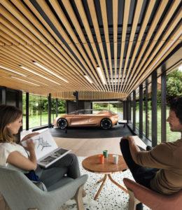Iets verderop is het markante Symbioz paviljoen van Renault een blikvanger, met een transparante glasplint en een glimmende toren van messing. Symbioz is een rij- en woonconcept, waarin een blinkende conceptcar onderdeel is van het wonen • Foto's Renault.
