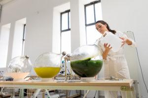 Met Algae Lab LUMA bewerken Eric Klarenbeek & Maartje Dros algen tot bioplastic voor 3D-printers.Winnaar van de New Material Award
