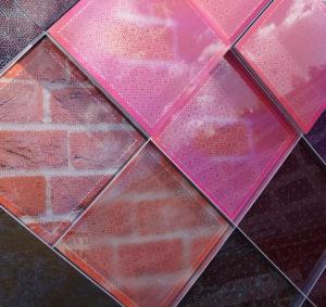 Solar Vision is een gevelmateriaal met geïntegreerde zonnecellen, gelanceerd door een uniek collectief van o.a. TNO en UN Sense. Hiermee kan een gebouw fungeren als batterij. Elke full colour print is mogelijk • Foto Jacqueline Knudsen.
