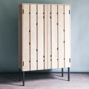 Palisade Cabinet, gebaseerd op een houten schutting, bestaat uit essenhouten planken op een stalen frame