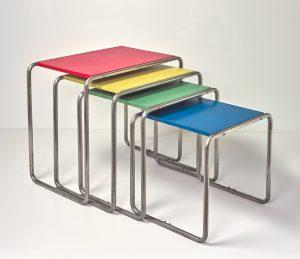 Marcel Breuer, vier bijzettafels, ca. 1926, vernikkeld metaal, in vier kleuren gelakt hout. Collectie Büscher, Keulen