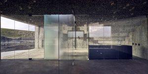 De kozijnloze overgang tussen glas en beton geeft van binnenuit een bijzonder effect