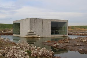 De idee van een steen in het landschap wordt nog versterkt door de vorm van het gebouw, met op een hoek een trap richting het dak