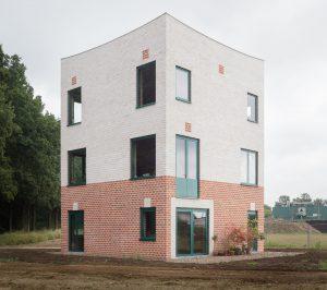 Monadnock won de Brick Award 2018 in de categorie 'Feeling at home'. Hun Atlas Huis bewijst dat je een woning kunt bouwen in hoge kwaliteit op kleine schaal. Architecten: Sandor Naus, Job Floris; foto: Stijn Bollaert.