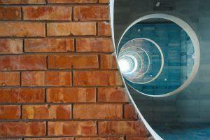 De ronde gaten zijn eerbetoon aan de architectuur van Louis Kahn in Bangladesh.