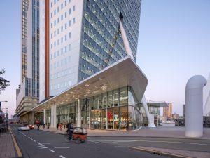 Het transparante terminalgebouw dat V8 architects ontwierp brengt leven in de plint.