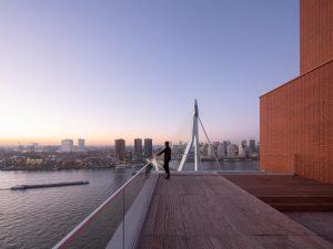 Vanaf het dakterras heb je een riant uitzicht over de Maas en de stad.