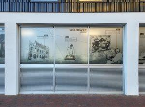 Op de ramen van fietsenstalling van woongebouw Keramus zijn historische beelden aangebracht van keramiekfabriek Westraven. Foto Jacqueline Knudsen