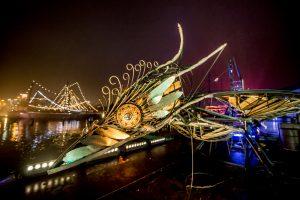 Licht- en muziekspel tijdens oud op nieuw in 2016-17 bij het Scheepvaartmuseum in Amsterdam. Van der Horst ontwierp de belichting van een serie stalen vormen die waren opgesteld. Foto: Nico Alsemgeest