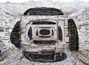 Verwoest Huis Krasnoyarsk 1. In een groot Russisch, houten huis sloeg Teeuwen in vier achtereenvolgende ruimtes grote openingen in de achterwanden, plafonds, vloeren en zijwanden, waardoor een niet-perfecte, zwarte cirkel ontstond