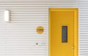 De 103 eenpersoonsstudio's en 38 tweepersoonsappartementen hebben een hotelontsluiting. Om binnen het budget te blijven, is de materialisering van het trappenhuis en de gangen eenvoudig gehouden. Enkel de wanden zijn afgewerkt met aluminium golfplaat. Daarnaast zorgen rijen felgele voordeuren met dito huisnummers voor kleur in de door beton en staal overheerste ruimte