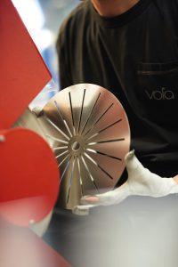 Bij de productie van een douchekop wordt een massieve schuif messing van 10 tot 12 kilo nauwkeurig verspaand.