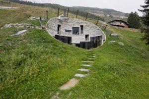 Omdat moderne architectuur ter plekke uit den boze was, groef SeARCH slim een villa in de berghelling bij Vals, Zwitserland