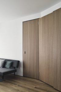 De deuren naar de gang geheel verdwijnen in een nieuwe kastenwand Foto Hugo Thomassen