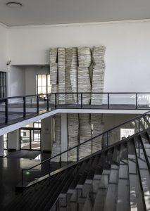 Verwoest Huis Leiden 1. In vier woonhuizen die moesten wijken voor de uitbreiding van Museum de Lakenhal in Leiden, realiseerde Marjan Teeuwen een ruïnesculptuur die refereert aan verwoesting-lawaai en opbouw-stilte (2016)