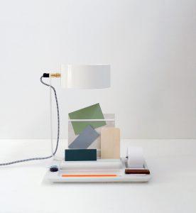 Back-to-Basic Lamp met voet van beton met alle bureau-accessoires binnen handbereik