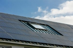 Beide dakvlakken zijn maximaal benut voor PV-panelen, met behoud van een dakraam