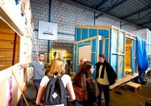 Op de bouwlocatie aan de Keilewerf zijn onder begeleiding van de Tiny House Academy meerdere tiny houses gerealiseerd • Foto Bart Hoogveld