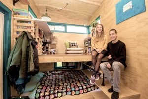 De oprichters van de Tiny House Academy in hun tiny house met splitlevel