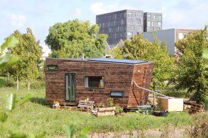 Het tiny house van Jan-Willem Van der Male en Noortje Veerman op Heijplaat in Rotterdam. Het dak loop schuin af om het regenwater op te vangen. Zonnecollectoren zorgen voor elektriciteit