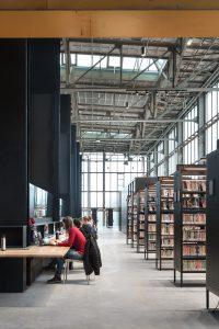 Studieplekken tussen de coulissen op de verdieping