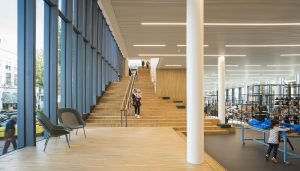 De trap aan de voorgevel van de bibliotheek. Foto Joep Jacobs