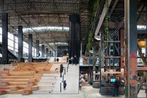 ussen de twee hallen staat een samengestelde kolommenrij van geklonken staal