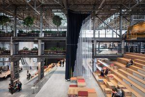 Met een glooiend landschap van brede tribunetrappen en flexibele ruimtescheidingen is het open karakter van de voormalige locomotiefhal gehandhaafd