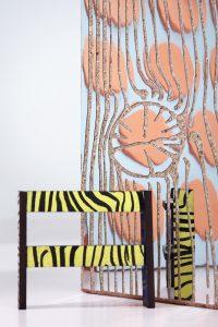 Met Wannabe Wood speelt Post met het spanningsveld tussen het natuurlijke en het kunstmatige: bomen worden gebruikt om mdf te produceren. Vervolgens krijgt het materiaal een digitale houtprint die hout nabootst